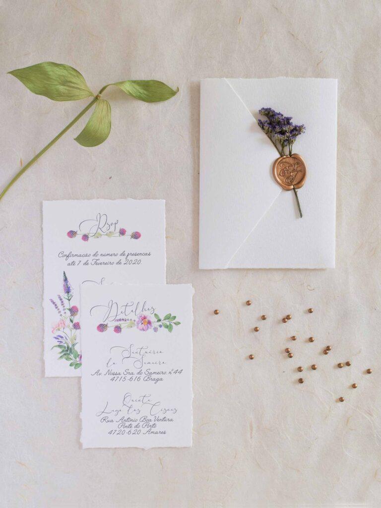 uma-ode-as-flores-em-tons-de-lias-convite-de-casamento